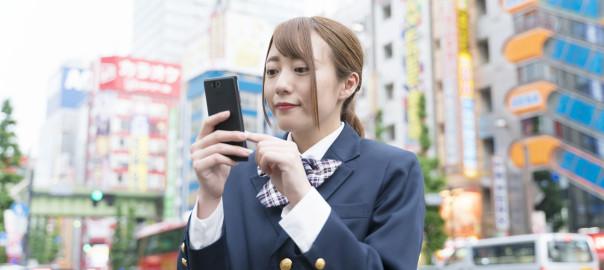 スマートフォン・秋葉原・制服の女子高校生