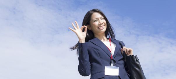 スーツでオッケーする女性 ビジネス